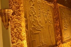 具埃及意象的壁畫,在燈火的烘托下,顯得金碧煇煌。28mm, f/3.5, 2s, ISO100。