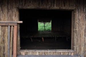 透過窗子向達魯岸內部望去,可知房舍擺飾極為簡單,僅有一張以劍竹編織而成的通鋪,這裡曾是年輕夫妻傳達愛意、繁衍後代的私密空間。f/5.6, 1/100s, ISO-800。