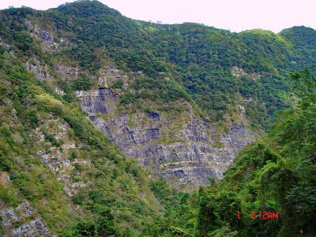 北橫鐵馬行~榮華大霸沉積岩的峭壁斷層節理,有一種好似拿破崙甜點的錯覺。